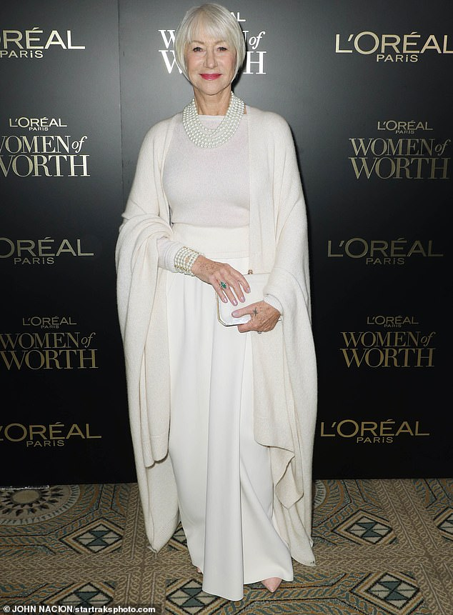 Хелен Миррен в белом длинном кардигане, юбка и джемпер