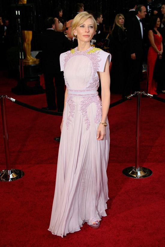 Кейт Бланшетт в чудесном розовом платье в вышивкой и плиссированной юбкой