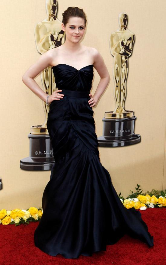 Кристен Стюарт в черном вечернем платье бюстье