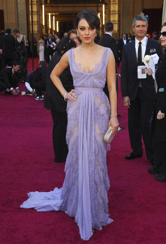 Мила Кунис в нежном платье лавандавого цвета до пола