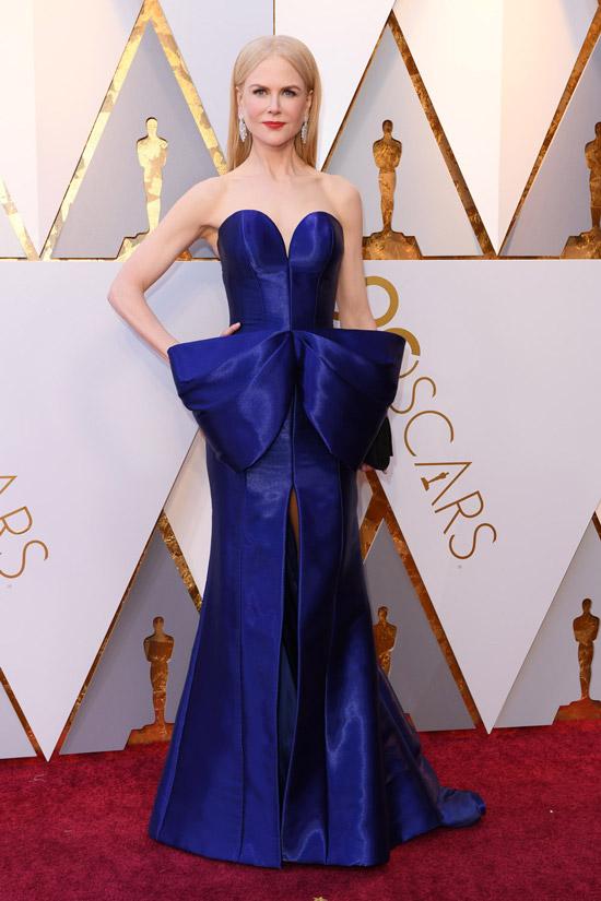 Николь Кидман в синем длинном платье с бантом на талии