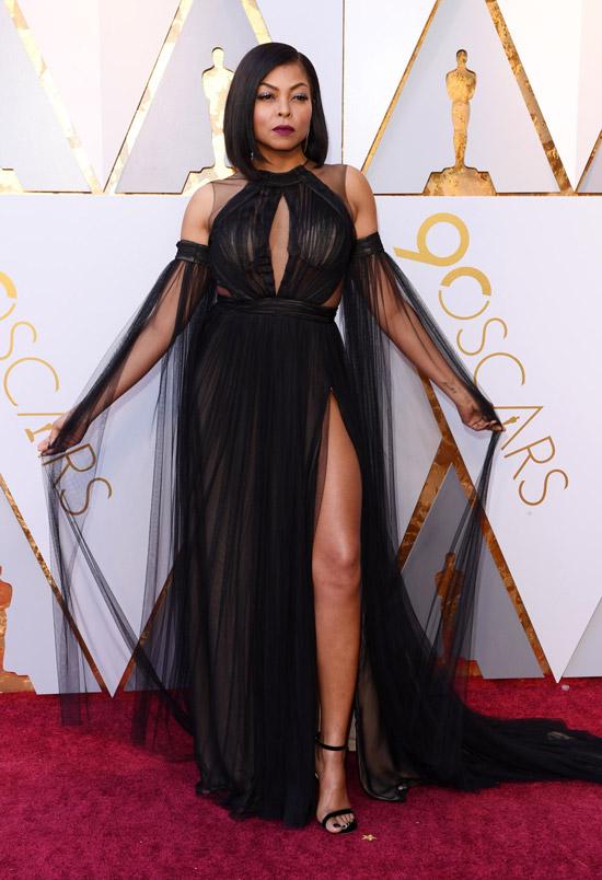 Тараджи Хенсон в черном прозрачном палатье с глубокими вырезами