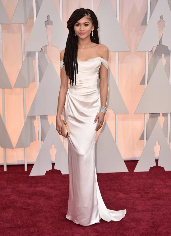 Зендая в шикарном атласном платье белого цвета с открытыми плечами