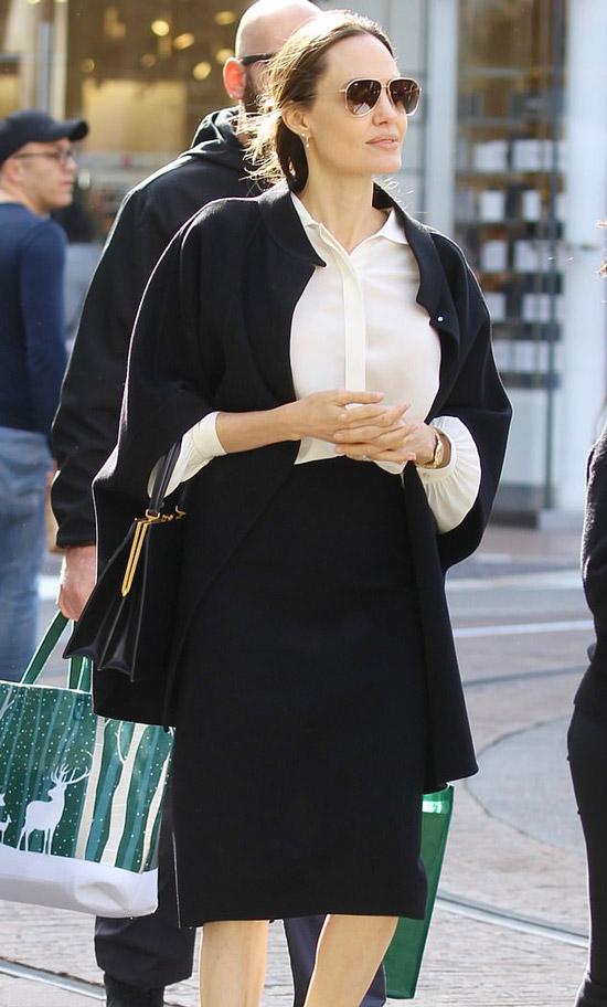 Анджелина Джоли в черной юбке карандаш и белой блузе