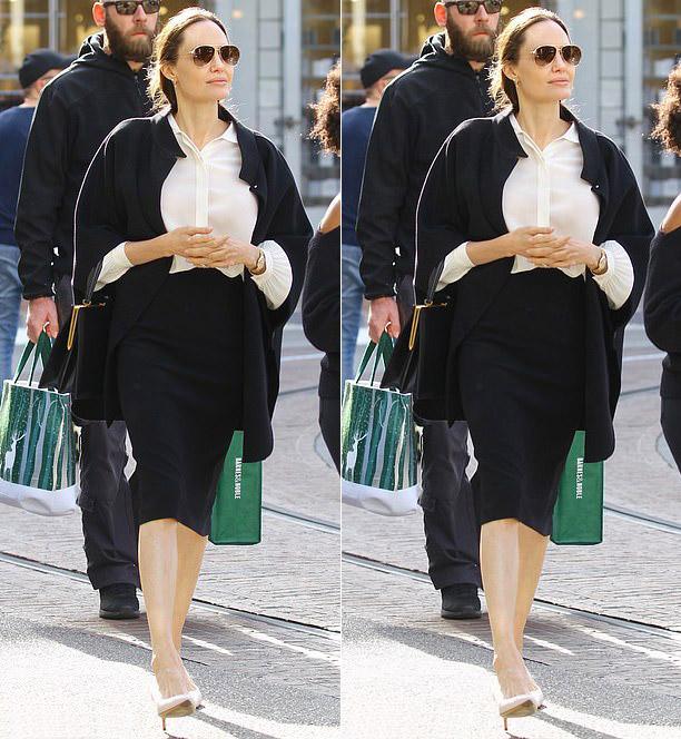 Анджелина Джоли в черной юбке карандаш, жакете, светлой блузе и лодочках