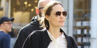 Анджелина Джоли в черной юбке карандаш, светлой блузе и классических лодочках выглядит шикарно
