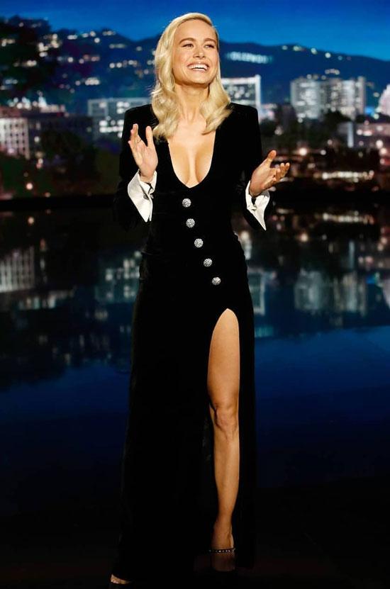 Бри Ларсон в невероятно красивом черном платье Alessandra Rich и бархатных туфлях Miu Miu