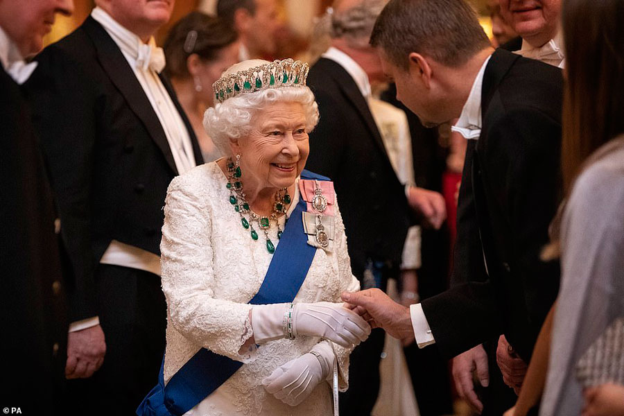 Королева Елизавета 2 на приеме в Букингемском дворце