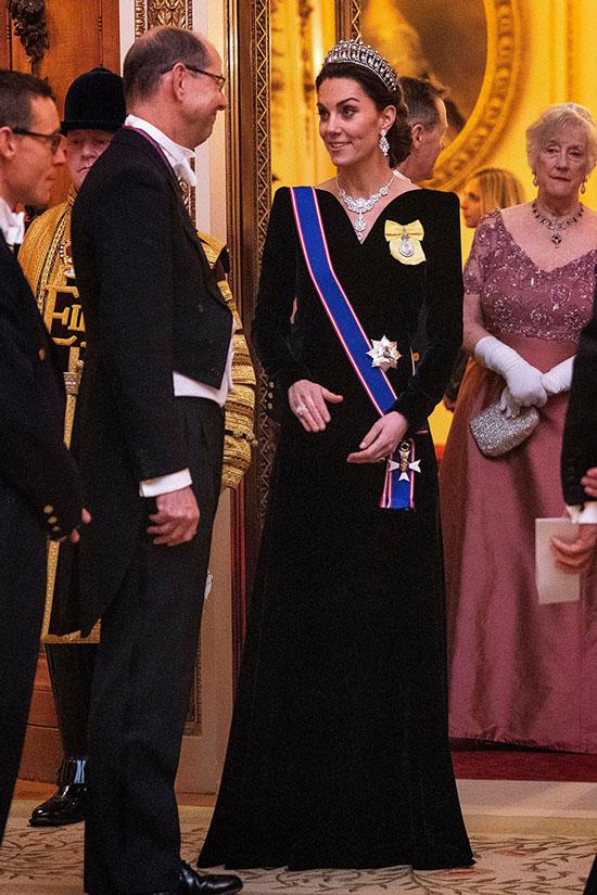 Кейт Миддлтон в бриллиантовой тиаре и бархатном платье в пол