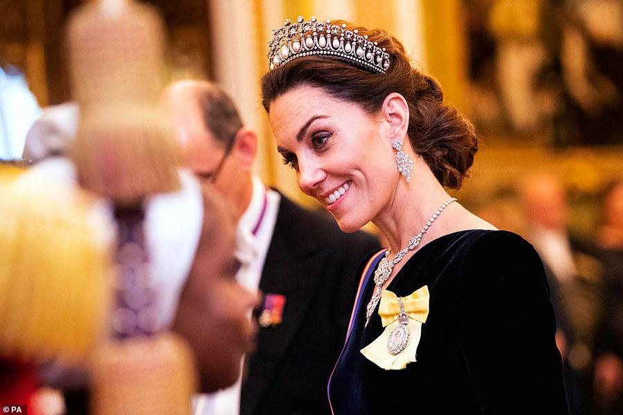 Кейт Миддлтон в тиаре, бриллиантовых серьгах и ожерелье