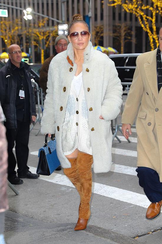 Дженнифер Лопес в замшевых ботфортах, светлый вязаный кардиган и пушистое пальто