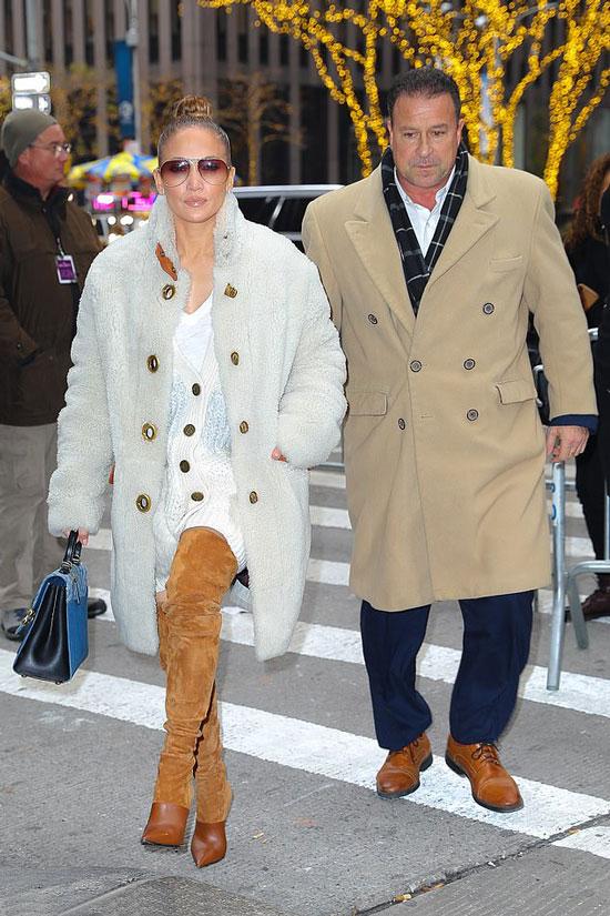 Дженнифер Лопес в коричневых ботфортах, плюшевое пальто и светлый кардиган