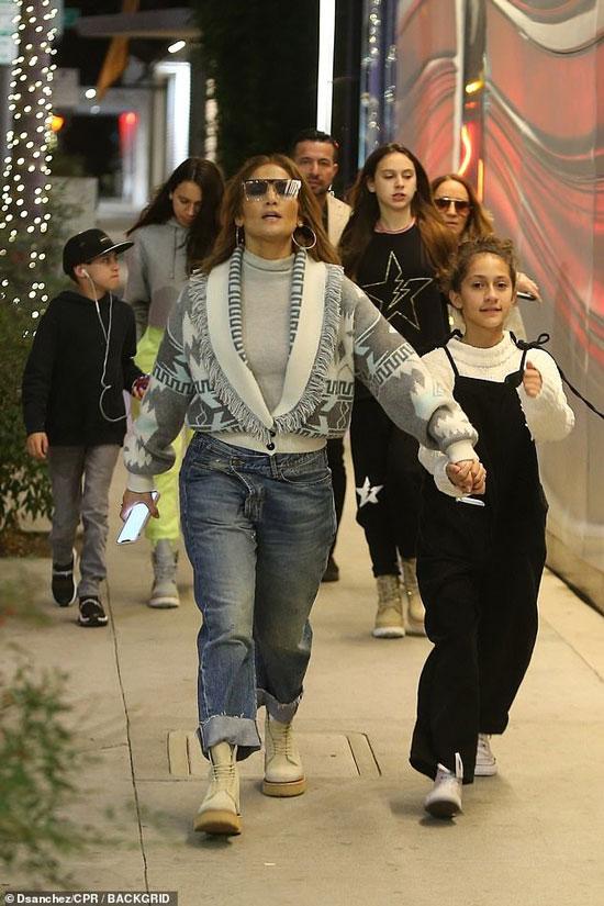 Дженнифер Лопес в подвернутых джинсах и кардигане