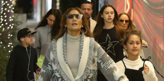 Дженнифер Лопес в кардигане, мешковатых джинсах и ботинках занимается покупками