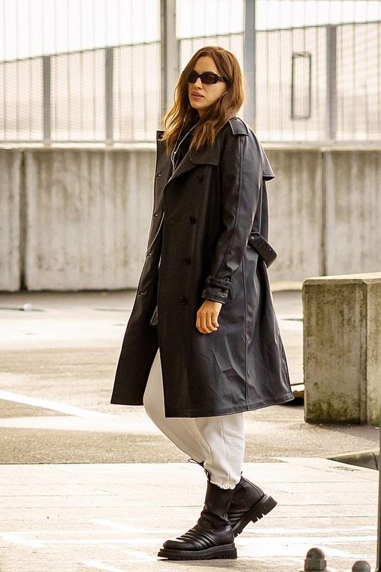 Ирина Шейк в кожаном плаще и кожаных ботинках