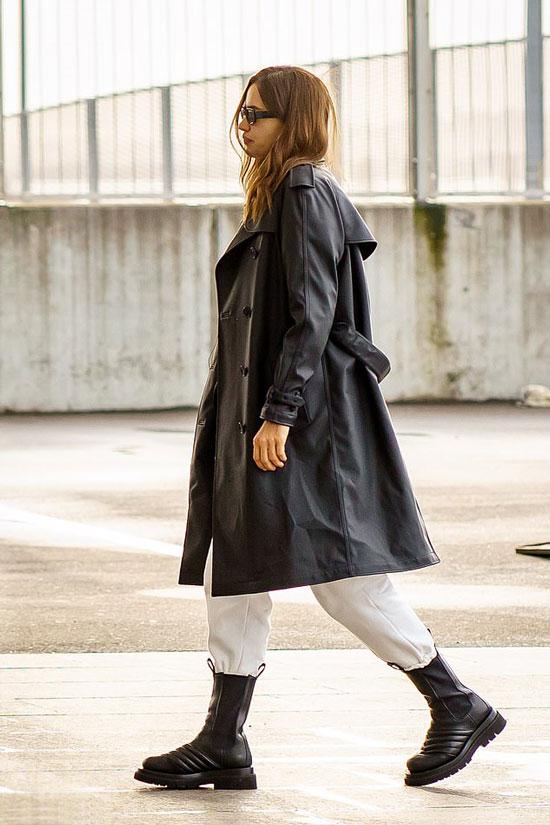 Ирина Шейк в кожаном плаще и белых спортивных брюках