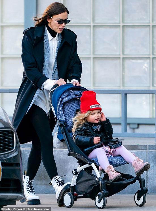 Ирина Шейк в чарном пальто и лосинах