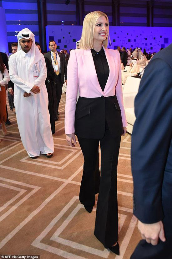 Иванка Трамп в розово-черном блейзере и брюках клеш