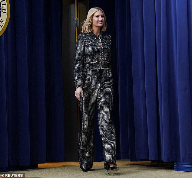 Иванка Трамп в костюме шанель с принтом гусиная лапка и классических лодочках
