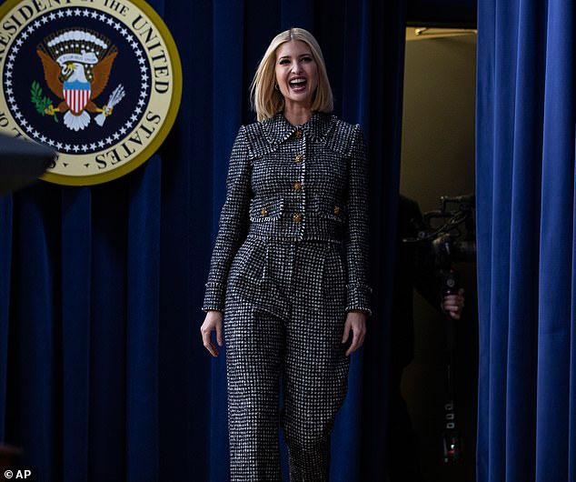 Иванка Трамп в брючном костюме шанель с принтом