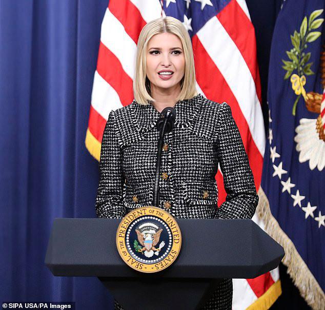 Иванка Трамп в костюме шанель выступает на саммите