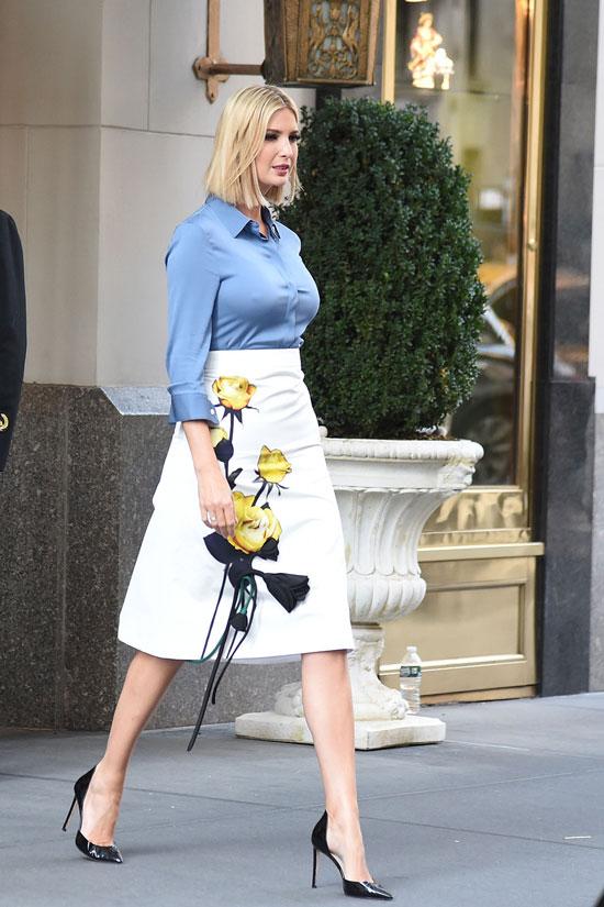 Иванка Трамп в белой юбке миди и синей шелковой блузе