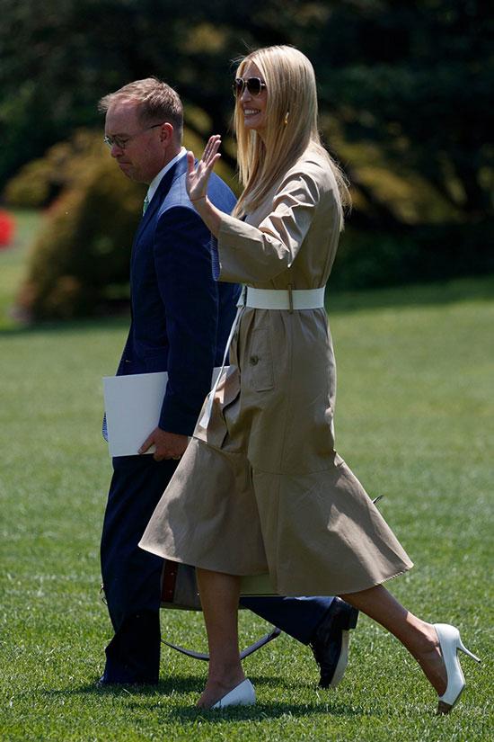 Иванка Трамп в платье милитари и черно-белых лодочках
