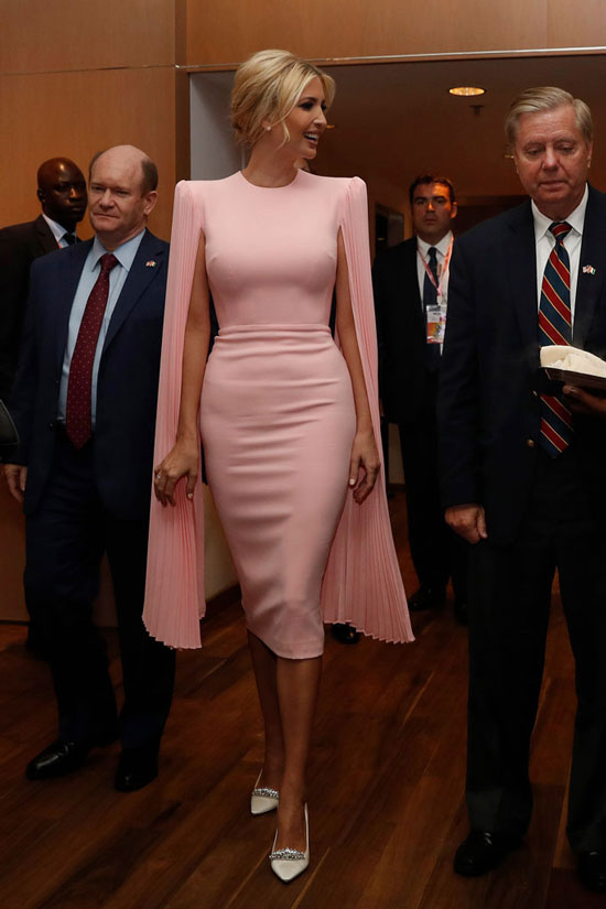 Иванка Трамп в розовом платье-накидке и белых туфлях
