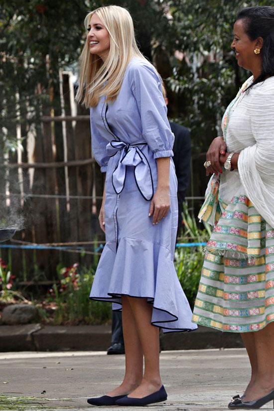 Иванка Трамп в синем платье-халате и темно-синих балетках