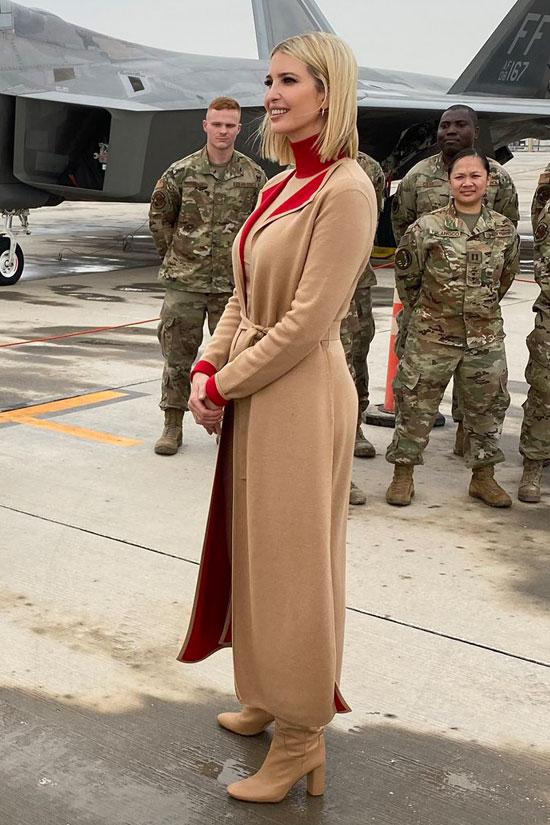 Иванка Трамп в бежевом пальто, платье и красной водолазке