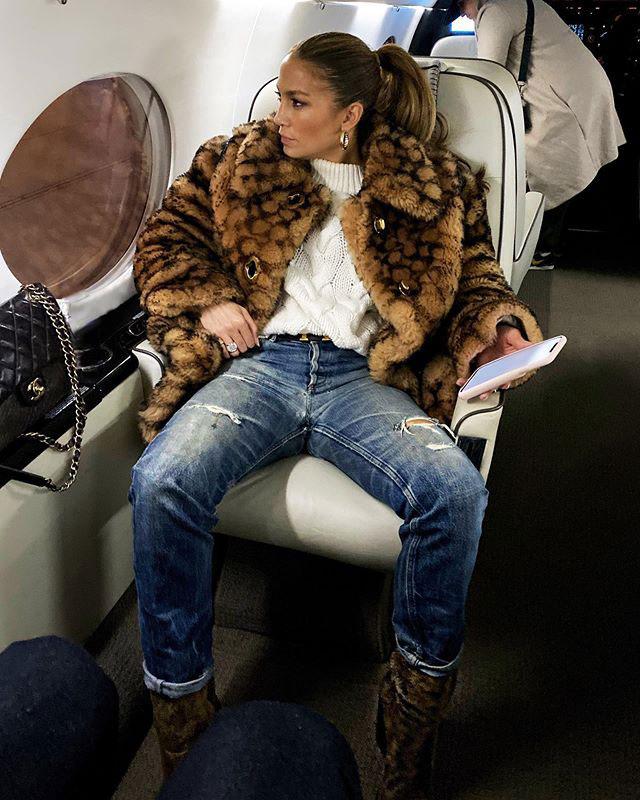 Дженнифер Лопес в шубе белом свитере и потертых джинсах