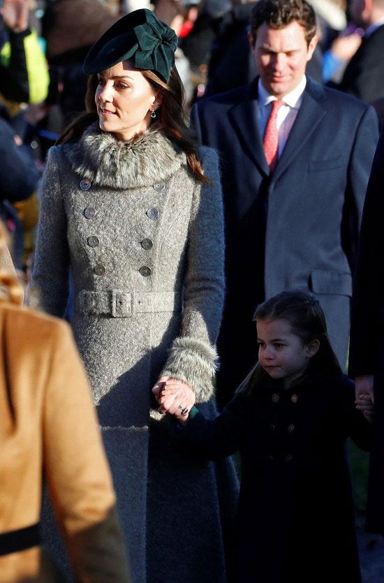 Кейт Миддлтон в сером милитари пальто и изумрудных ансессуарах