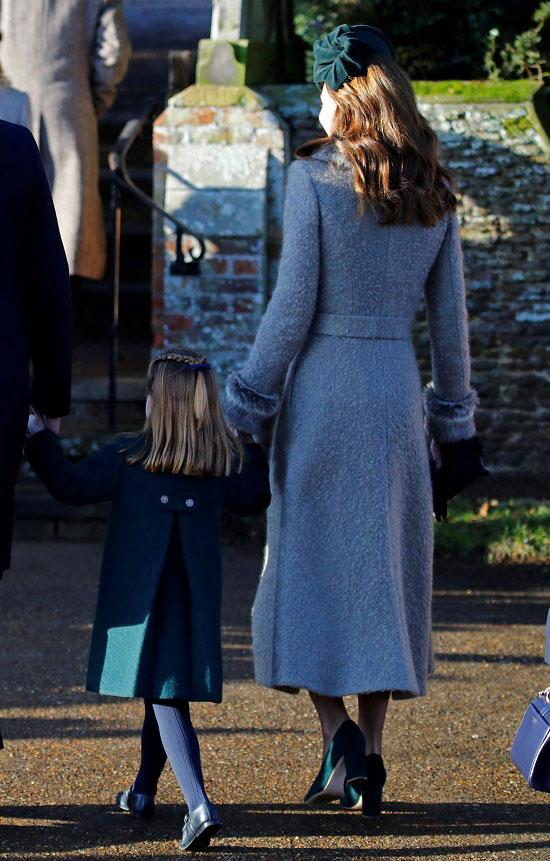 Кейт Миддлтон в сером пальто с поясом и изумрудной шляпке