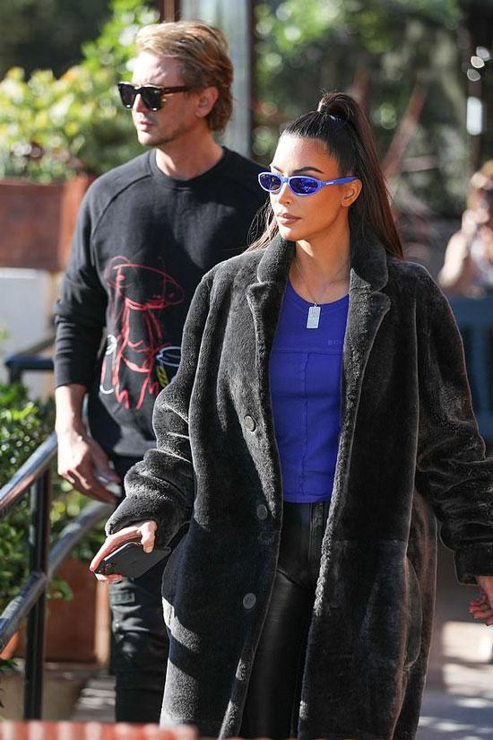Ким Кардашьян в кожаных брюках и плюшевом пальто
