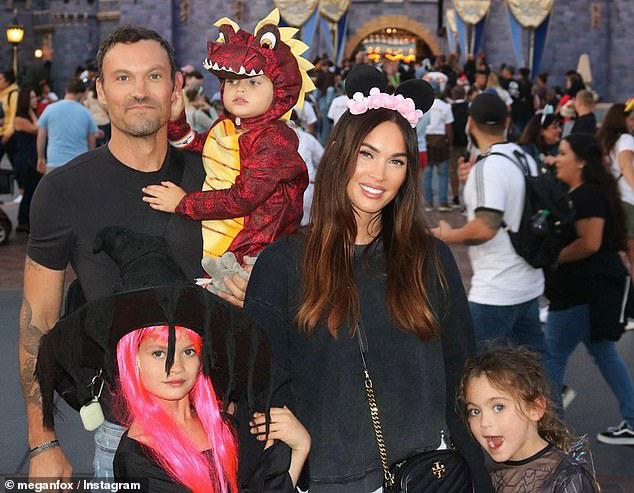 Меган Фокс в черном джемпере со своей семьей