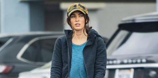 Меган Фокс в бирюзовой футболке, черных леггинсах и кроссовках после спортзала