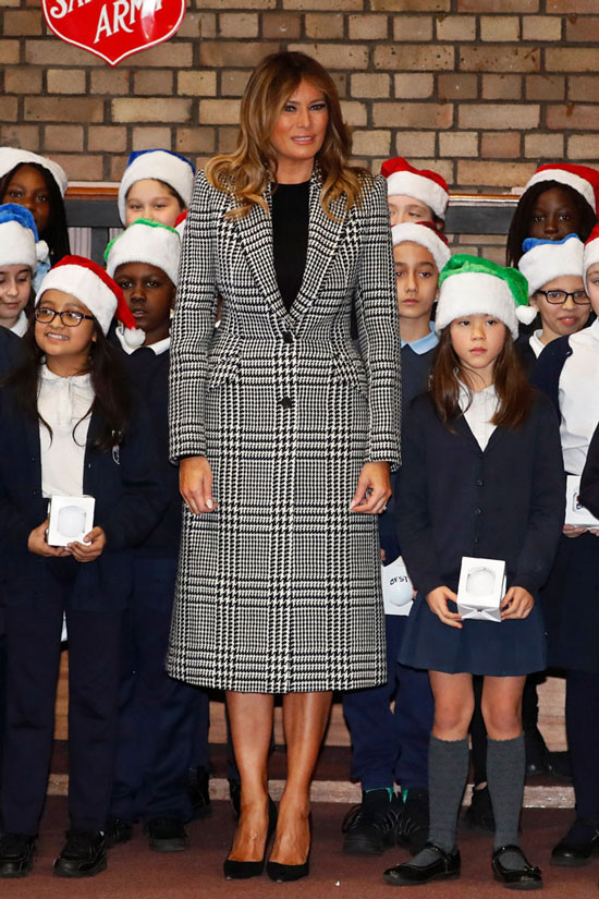 Мелания Трамп в черно-белом пальто с принтом гусиная лапка
