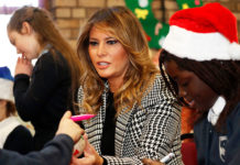 Мелания Трамп в черно-белом пальто с принтом и строгих лодочках слушает детский хор