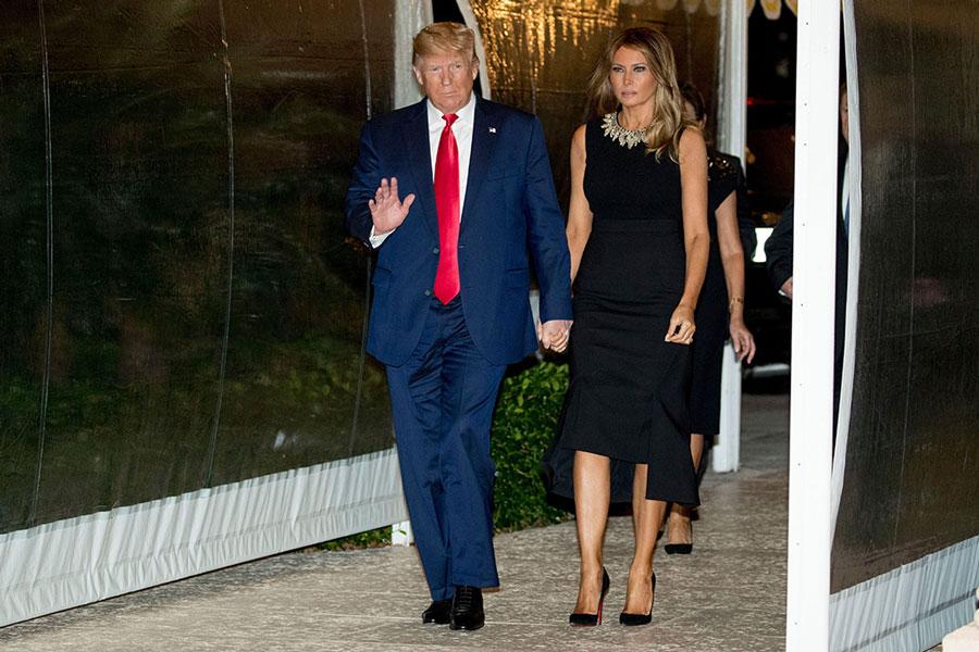 Мелания Трамп в черной блузе, юбке миди и лодочках