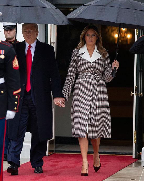 Мелания Трамп в клетчатом пальто с белым воротником