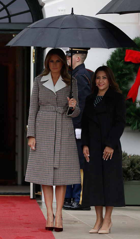 Мелания Трамп в пальто А-силуэта с поясом и бордовых лодочках