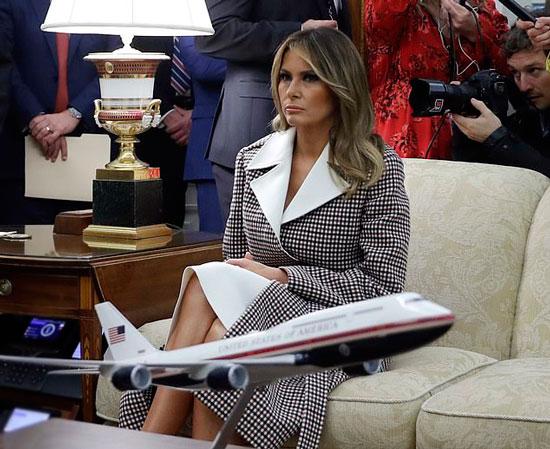 Мелания Трамп в пальто с белым воротником, белом платье и бордовых лодочках