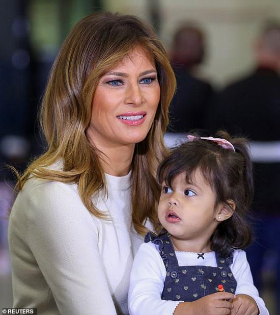 Мелания Трамп в белом джемпере