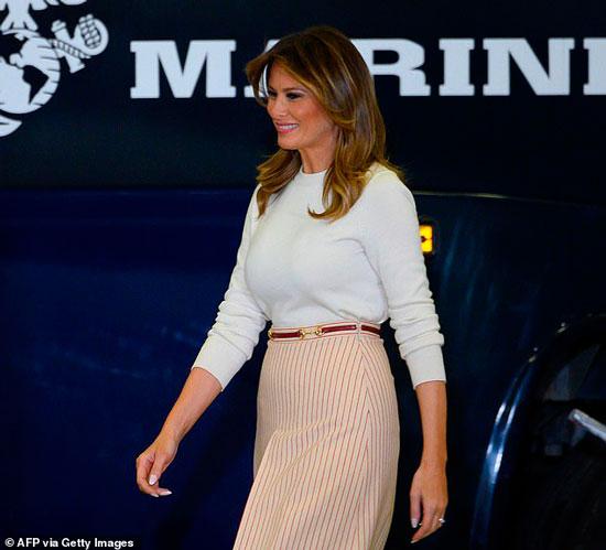 мелания трамп в красно-белой юбке в полоску от гуччи