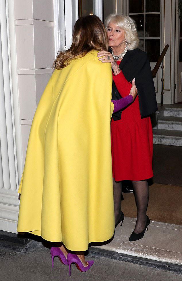 Мелания Трамп в фиолетовых лодочках на шпильке и желтом кейпе от Valentino