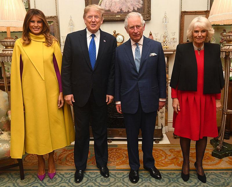Мелания Трамп в фиолетовых лодочках и желтом кейпе от Valentino