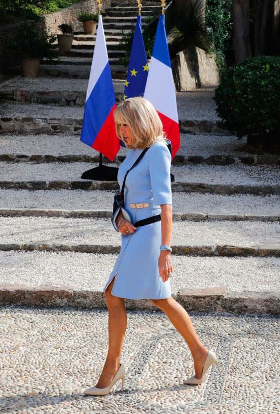 Брижит Макрон в небесно-голубом платье и бежевых лодочках 19 августа 2019