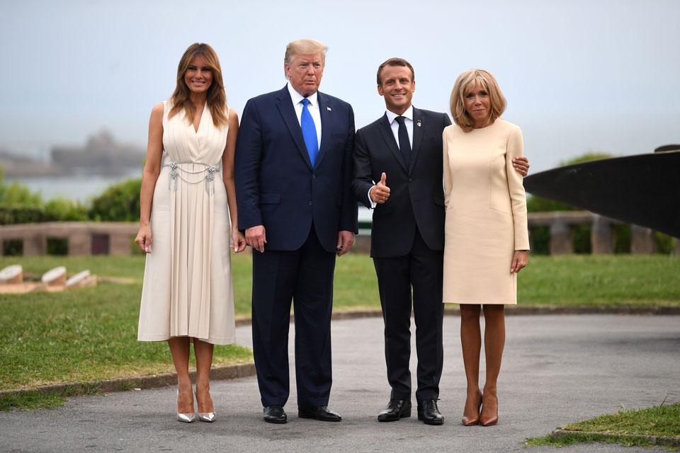 Брижит Макрон в светлом платье классического кроя и коричневых лодочках 24 августа 2019