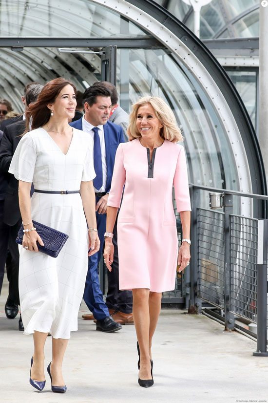 Брижит Макрон в нежно-розовом платье и черных лодочках 24 июня 2019