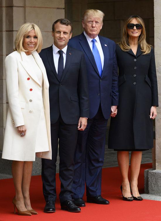 Брижит Макрон в белом платье и милитари пальто 6 июня 2019